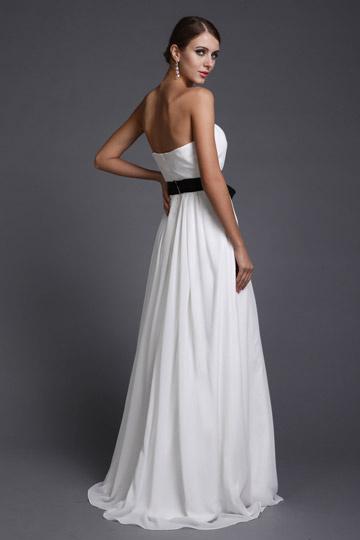 Robe de dame dhonneur blanche longue bustier accessoirisée