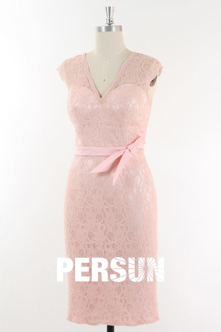 Robe de cocktail fourreau en dentelle rose poudré dos ouvert