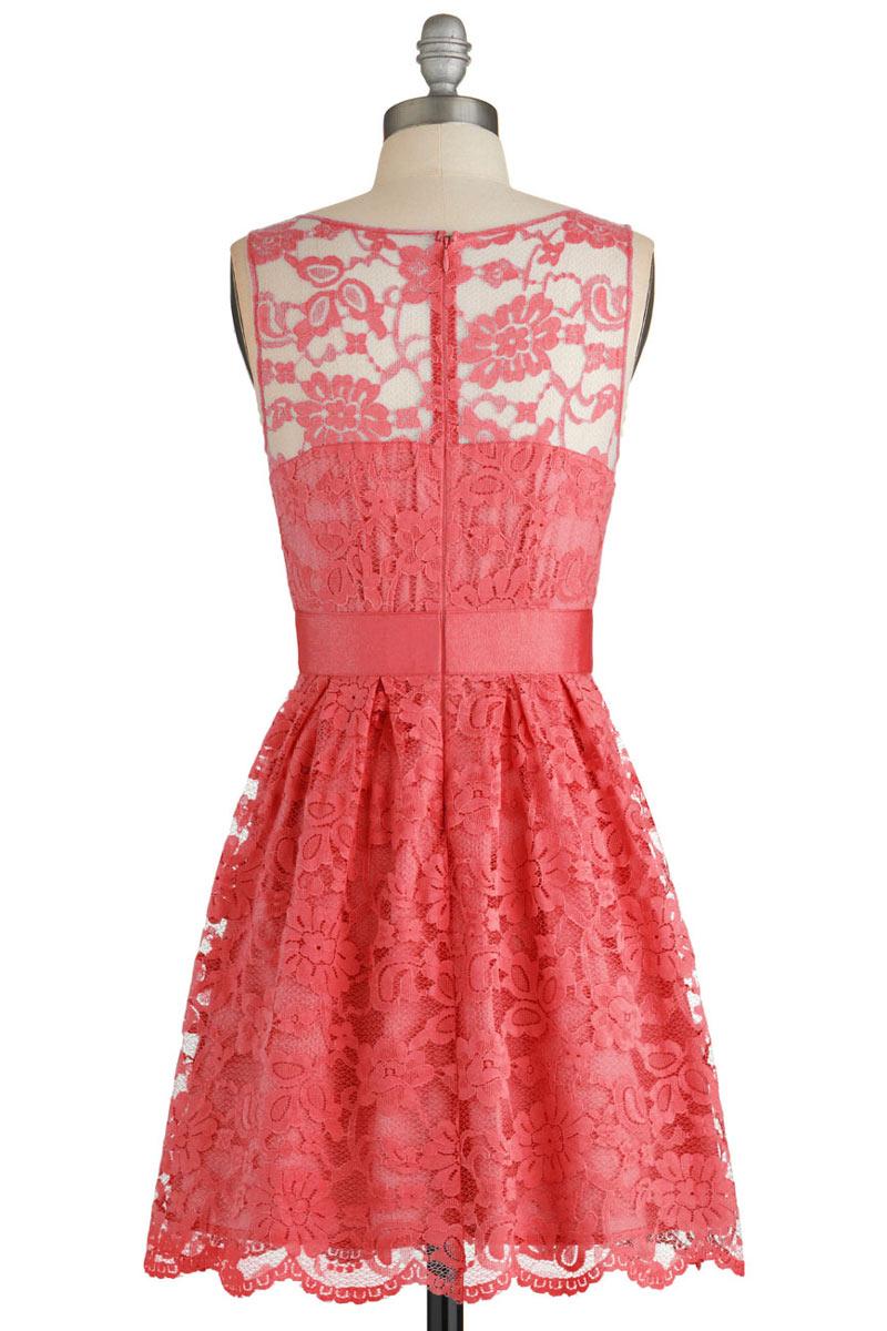 Petite robe rouge en dentelle encolure illusion