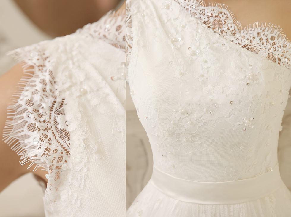 robe De soirée blanche orné de perles en dentelle