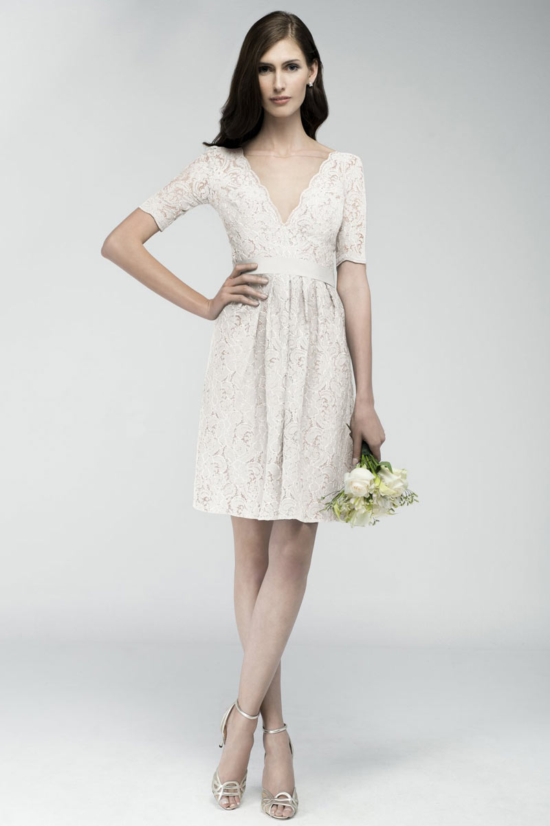 Robe courte mariage en dentelle écrue manche courte dos échancré
