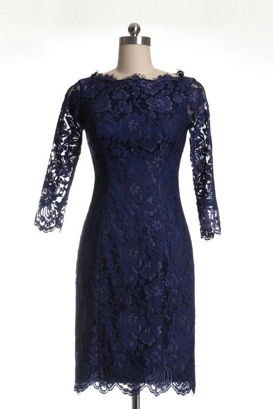Elégante robe bleu nuit en dentelle à col bateau pour mariage hiver