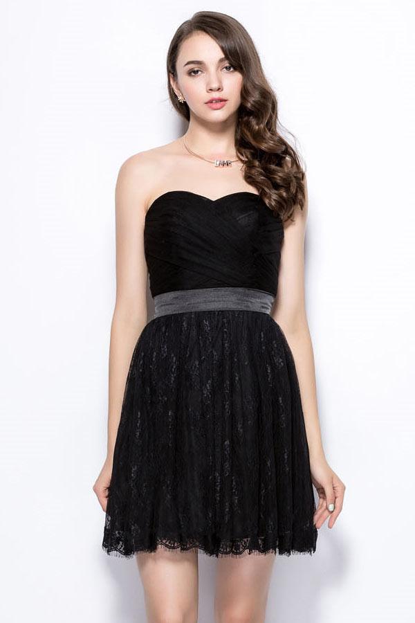 robe de cocktail noire courte bustier coeur taille avec ruban satiné et jupe en dentelle