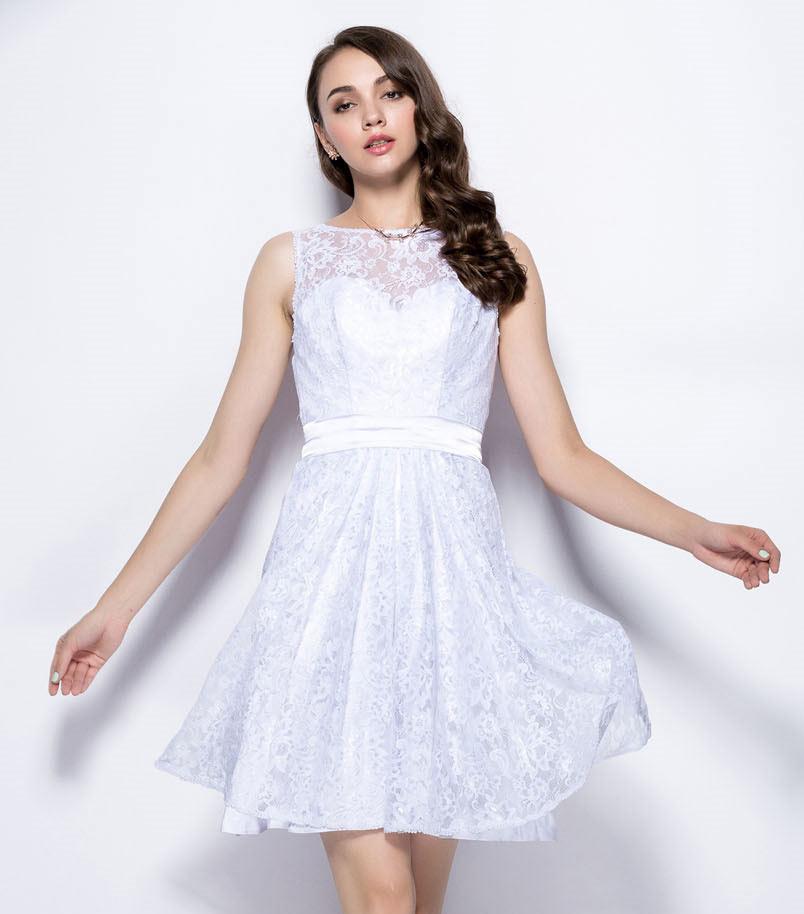 petite robe blanche en dentelle courte col illusion