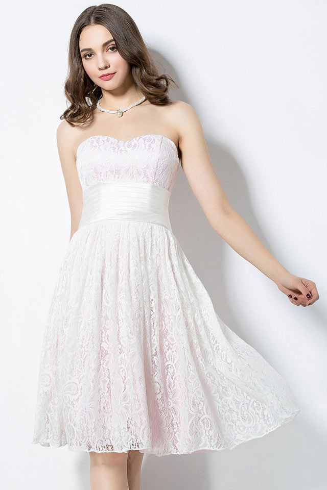 4c7651715f840 Robe courte au genou pour aller à un mariage en dentelle blanche doublure  rose pâle