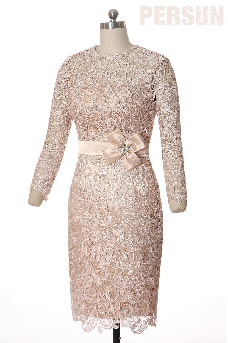 Robe de cérémonie fourreau en dentelle guipure champagne avec manches longues ajourée