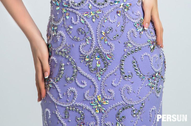 broderie symétrique sur la robe parme
