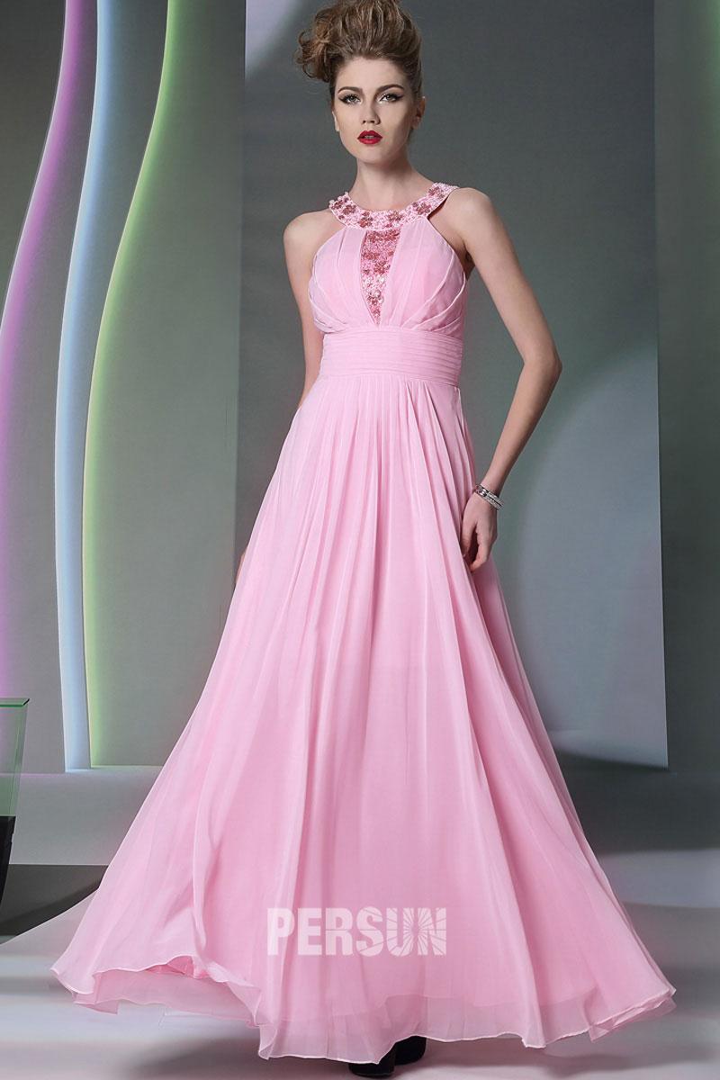 Robe soirée rose empire ornée de bijoux tour du cou
