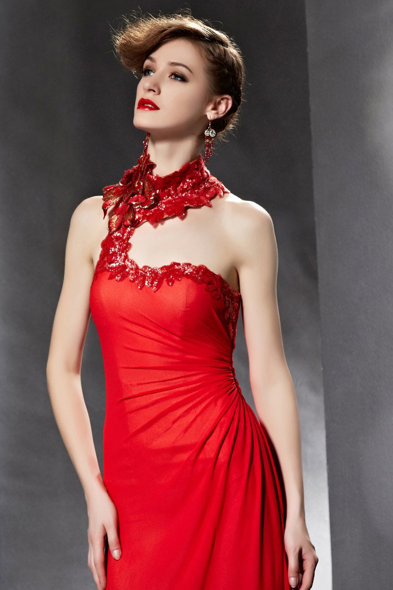 Robe féminine rouge à col montant avec fronces latérales