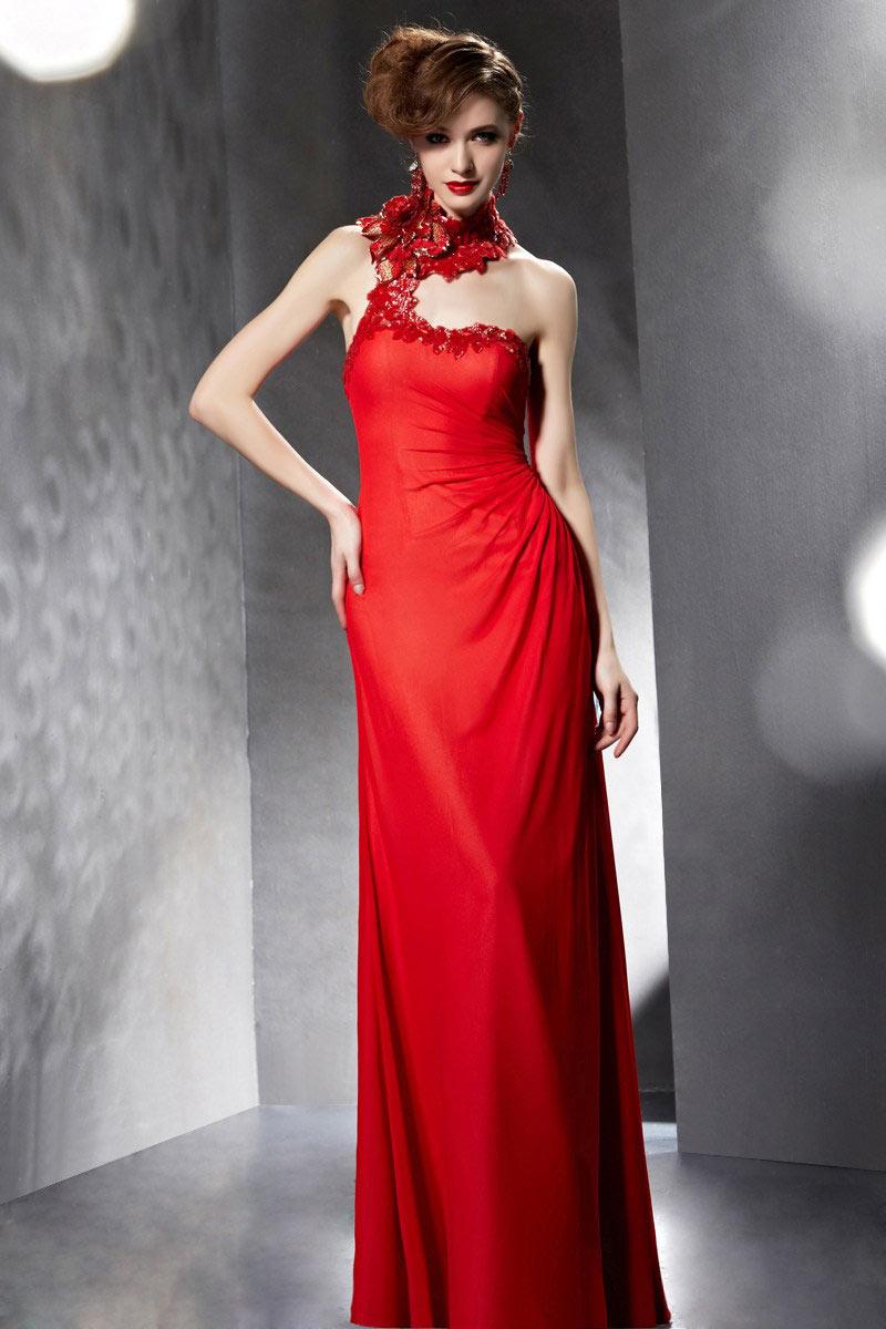 Robe soirée rouge longue à col montant ornée des fleurs