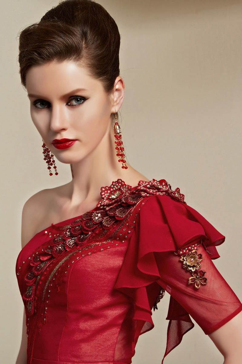 Robe de cérémonie rouge asymétrique détails broderie fleurie
