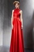 Chic robe rouge à col montant muni de sautoir multi ranges