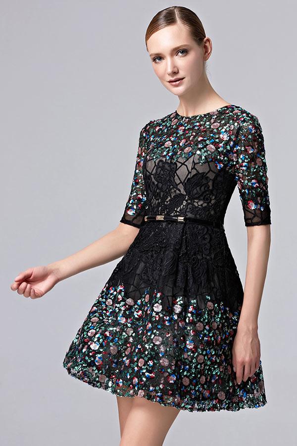 36721bfa081 Petite robe noire manches courtes ornée de dentelle ajourée   sequins
