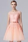 Robe courte rose ceinturée en dentelle ajourée pour mariage