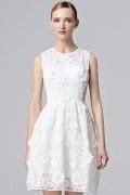 Robe de fête courte en dentelle blanche appliquée de fleurs