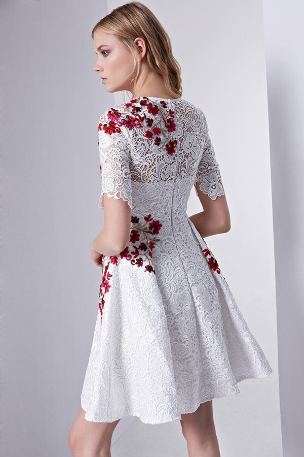 a7db31cf758 Petite robe blanche en dentelle bordée de fleurs à manche - JMRouge.fr
