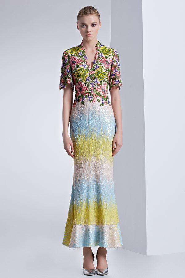 robe de cocktail mi-longue moulante colorée col v haut en dentelle avec manche courte