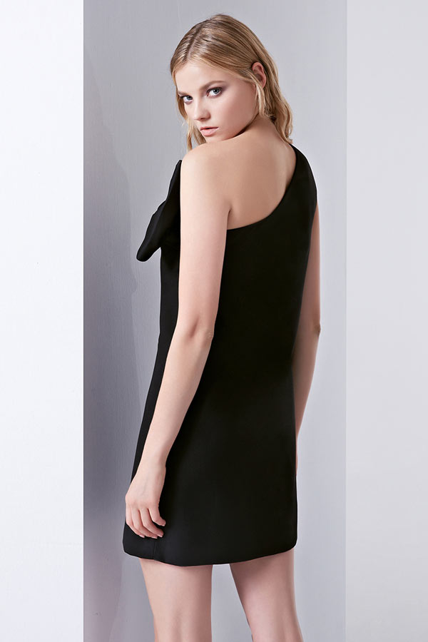 f27acbb9629 Petite robe noire encolure asymétrique à grand nœud papillon ...