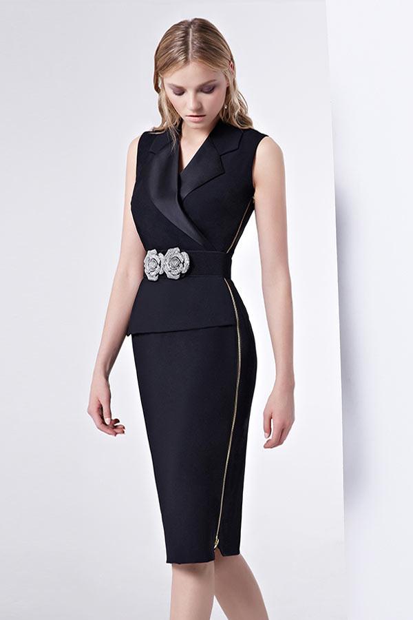 robe de soirée courte noire moulante cache coeur taille ornée de broche de fleurs