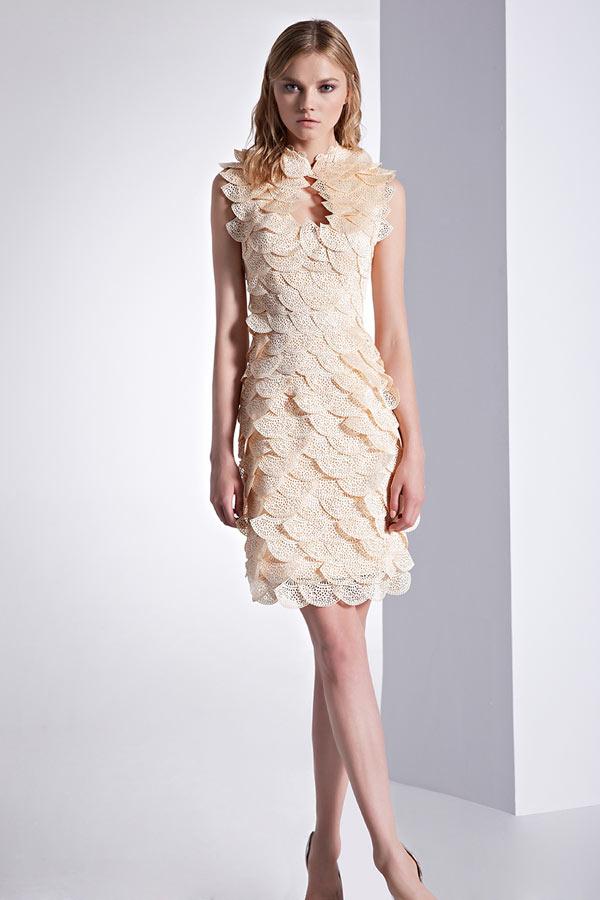 robe de cocktail courte moulante champagne claire embelli d'écailles d'éventail à volants