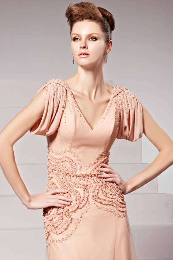 Robe de soirée rose ornée de perles dentelles appliquées