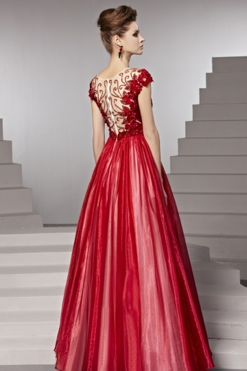 42e77aab5b1 Robe de soirée rouge rubis ruchée fleurs appliquées ceinturée ...