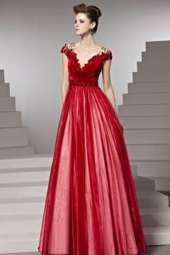 Robe de soirée rouge rubis ruchée fleurs appliquées ceinturée