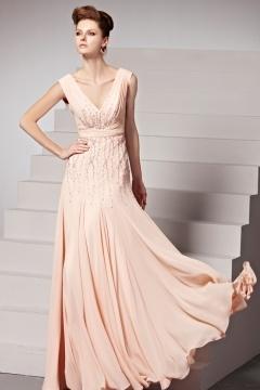 Robe de soirée couleur nude à dos échancré ornée de perlettes