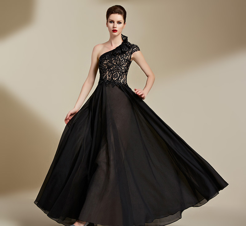 robe de soirée noire asymétrique en dentelle ornée de strass