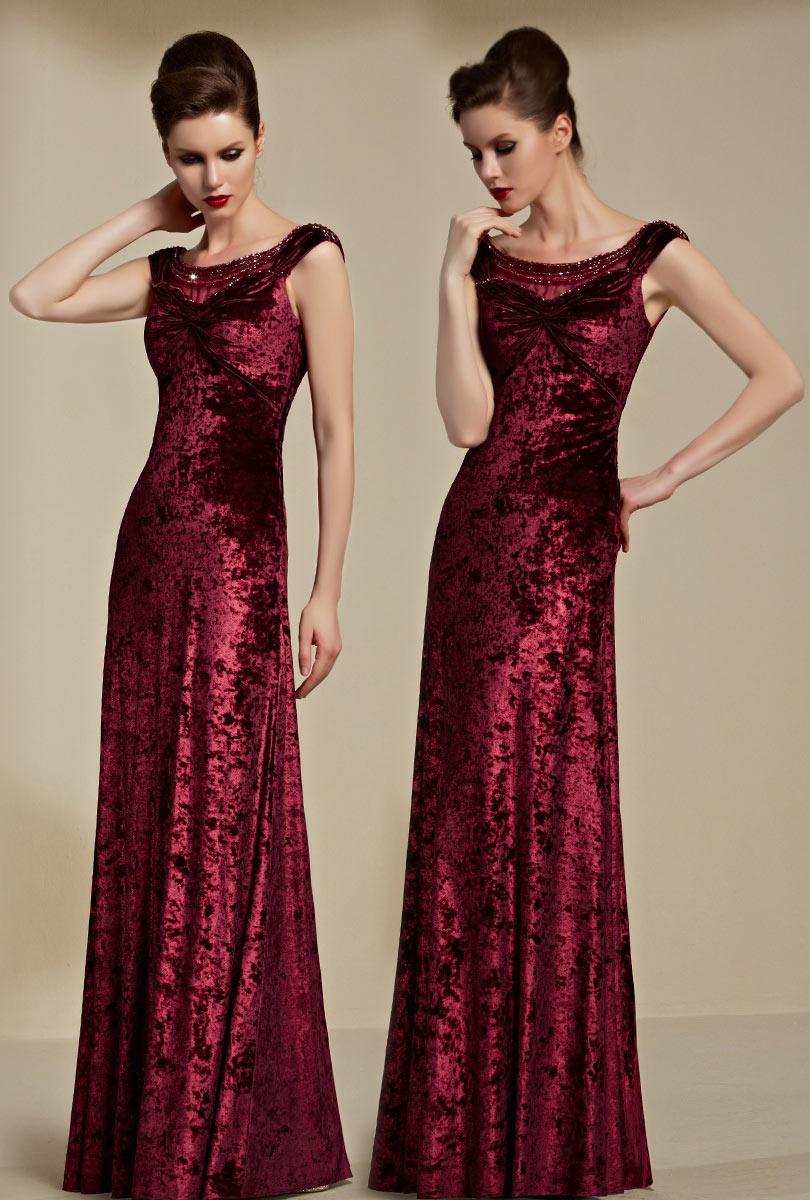 robe de soirée longue en velours rouge col bateau drapé illusion ornée de strass