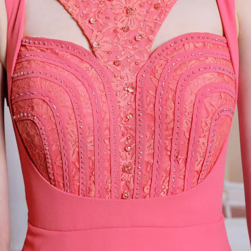 détail robe rose corail appliquée et perlée florale