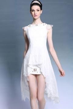 Robe blanche dentelle à courte devant longue derrière