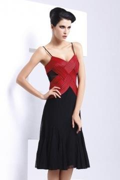 Robe courte ruchée avec bretelle contraste rouge noire