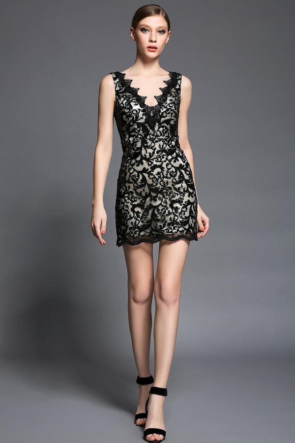 petite robe noire col en V en dentelle