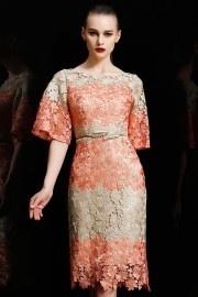 Petite robe bicolore en dentelle à manche évasée