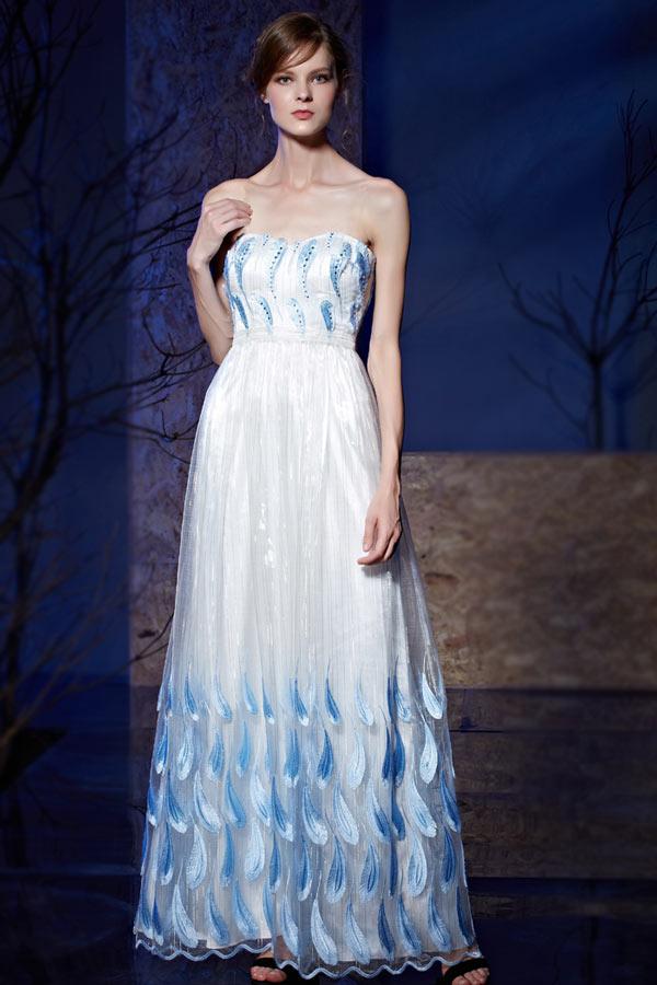 robe de soirée longue blanche bustier coeur brodé de plumes bleu