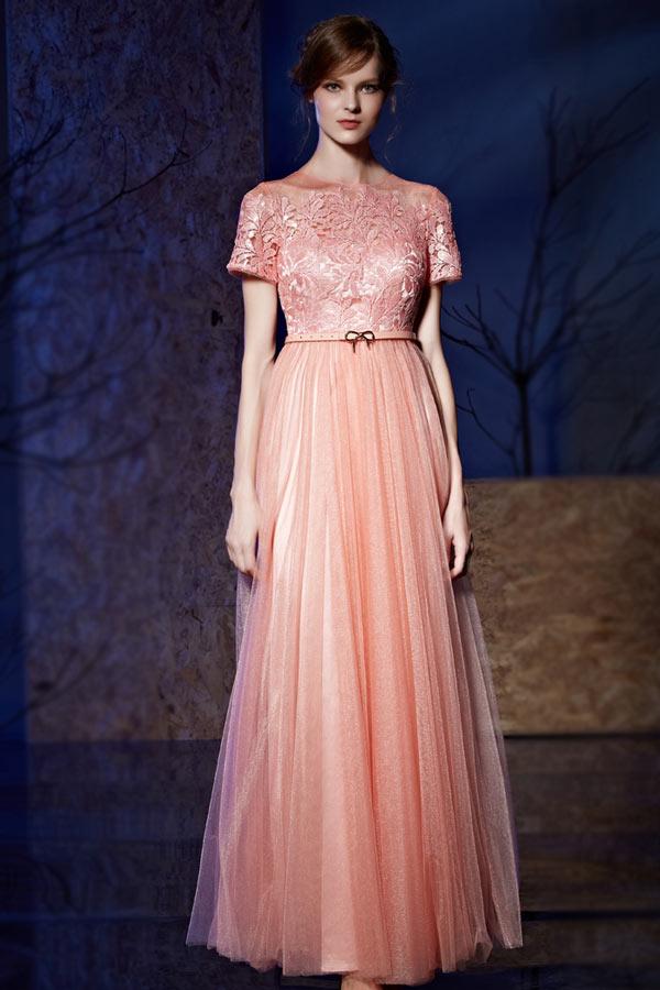 robe de soirée longue vintage rose en dentelle appliquée à manches courte avec ceinture fine