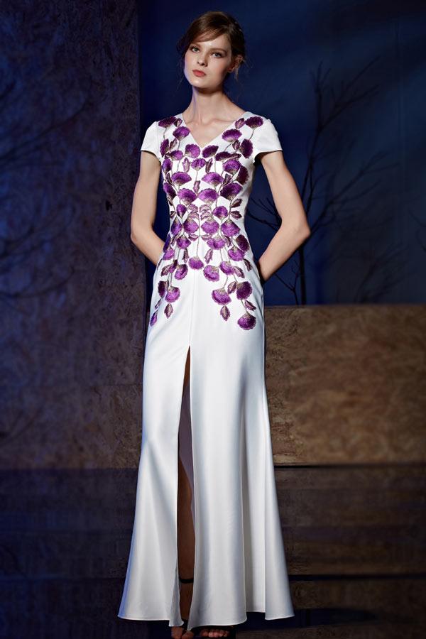 robe de soirée longue ivoire fendue col v brodé fleurs violette à manche courte
