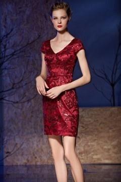Chic petite robe rouge moulante décolleté V en dentelle pour cocktail mariage