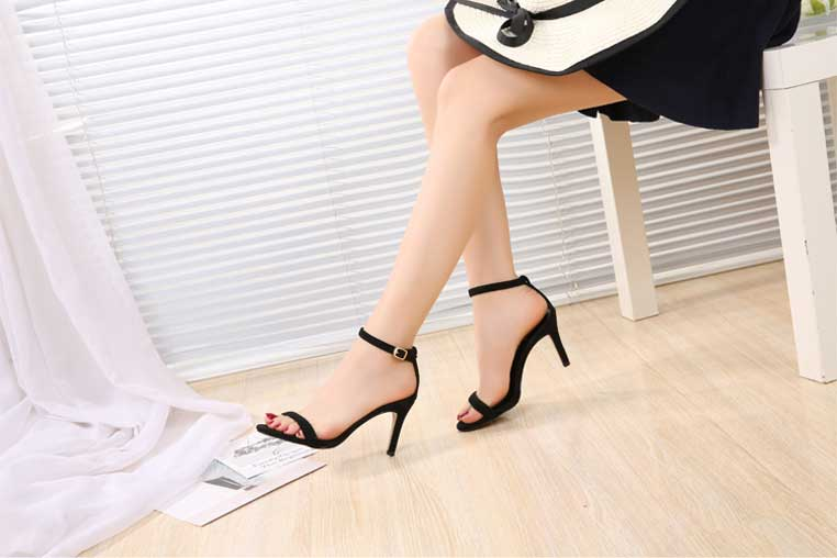 sandale noire suédé à talon avec bride de cheville