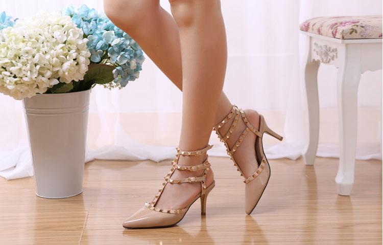 fuchsia sandale ornée de clous dorés