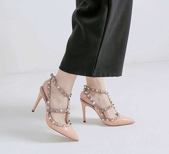 sandale nude embelli de clous à talon haut