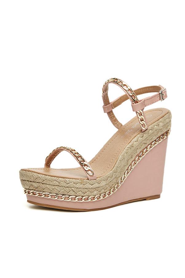 Sandale compensée rose ornée de chaîne