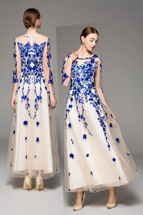 Robe soirée bicolore à broderie bleu roi ornée de bijoux manches longues