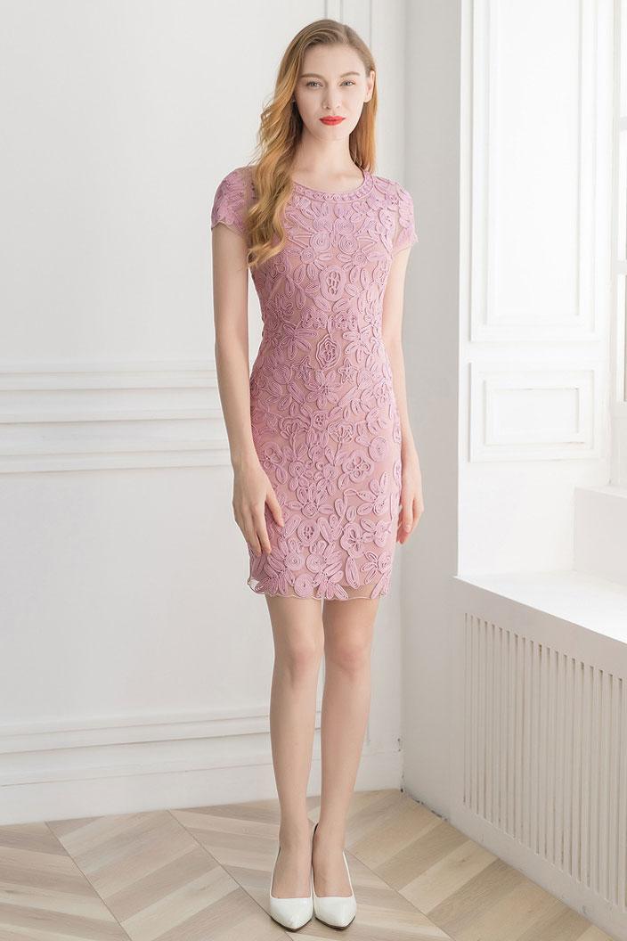 robe de cocktail rose fourreau courte en dentelle guipure florale à manche courte