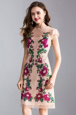 Petite robe rose poudré dentelle à broderie délicate pour cocktail mariage