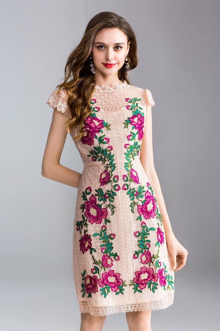robe pour fiançailles courte rose poudré en dentelle brodé de fleurs avec manche courte