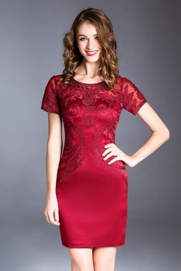 Robe de soirée courte rouge bordeaux à manche appliquée dentelle fourreau