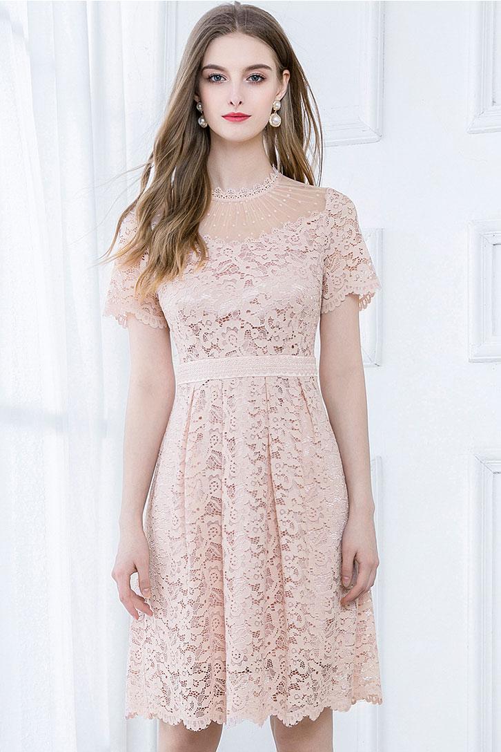 robe de cocktail courte rose poudré col illusion plumetis en dentelle avec manches