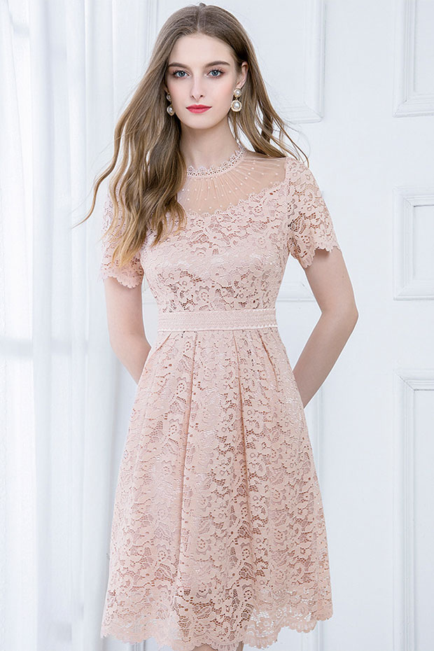 robe cocktail courte rose poudré dentelle encolure illusion avec manches